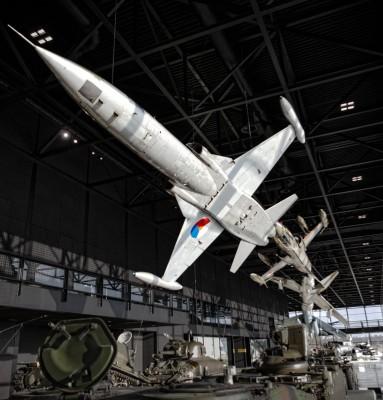 3 straaljagers in een dog-fight bij het Nationaal militair Muzeum